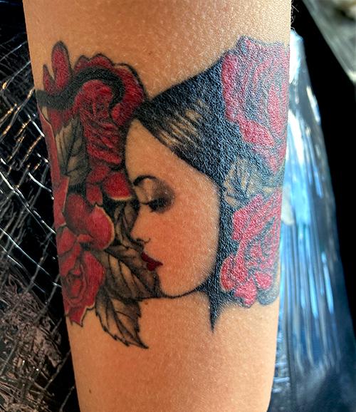 Frau-Rosen-Schlange-Tattoo