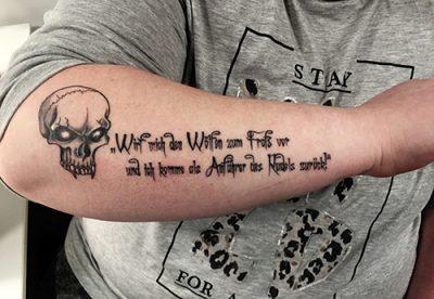 Skull Tattoo mit Text